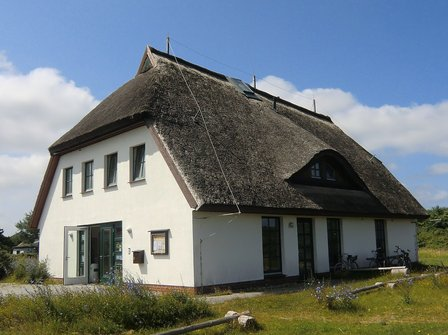 Das windschiefe Nationalparkhaus auf Hiddensee