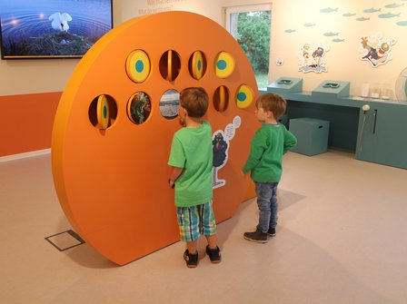 2 Kinder am Nationalpark-Memorie in der Nationalpark-Ausstellung Barhöft